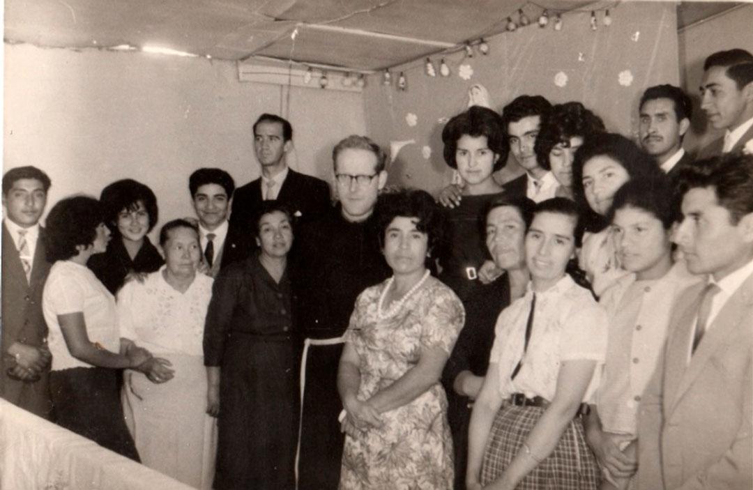 Anibal-Valenzuela-Padre-Leonardo-Braeken-con-la-comunidad-cristiana-de-Caupolicán-1967