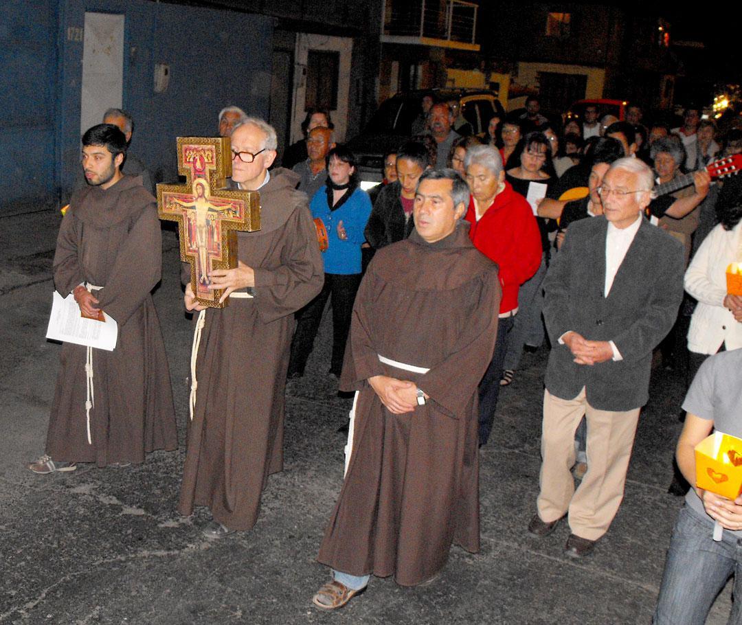 Anibal-Valenzuela-Padres-Franciscanos-participando-en-la-celebración-del-50º-aniversario-de-la-comunidad-Cristo-Rey-de-la-población-Caupolicán,-2010